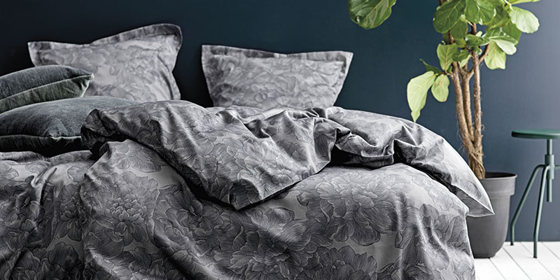 Moderne sengerøj i grå med roser