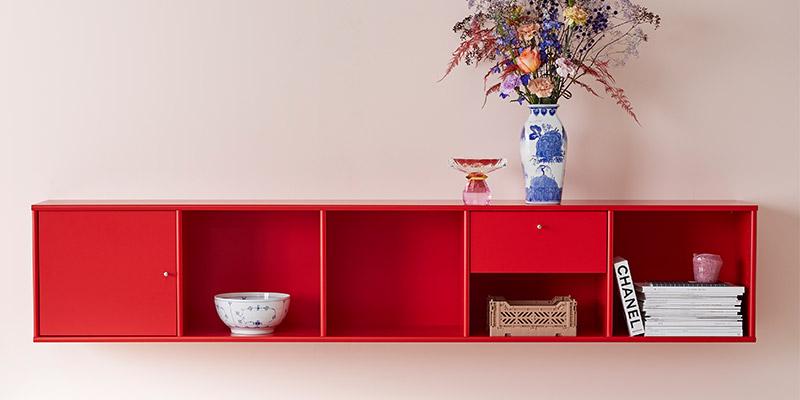 rød reolopstilling fra mistral til væggen