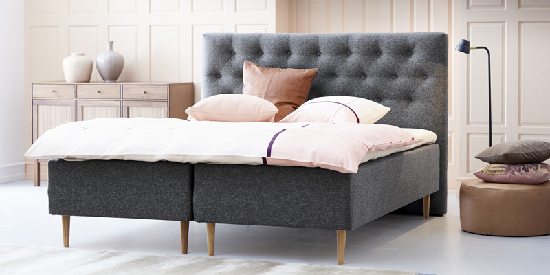 Flot seng i klassisk mørk grå