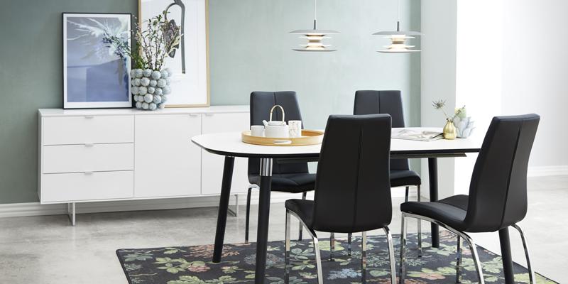 Hvidt spisebord med sorte ben og klassiske spisestole